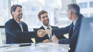 pessoas negociando contratos comerciais